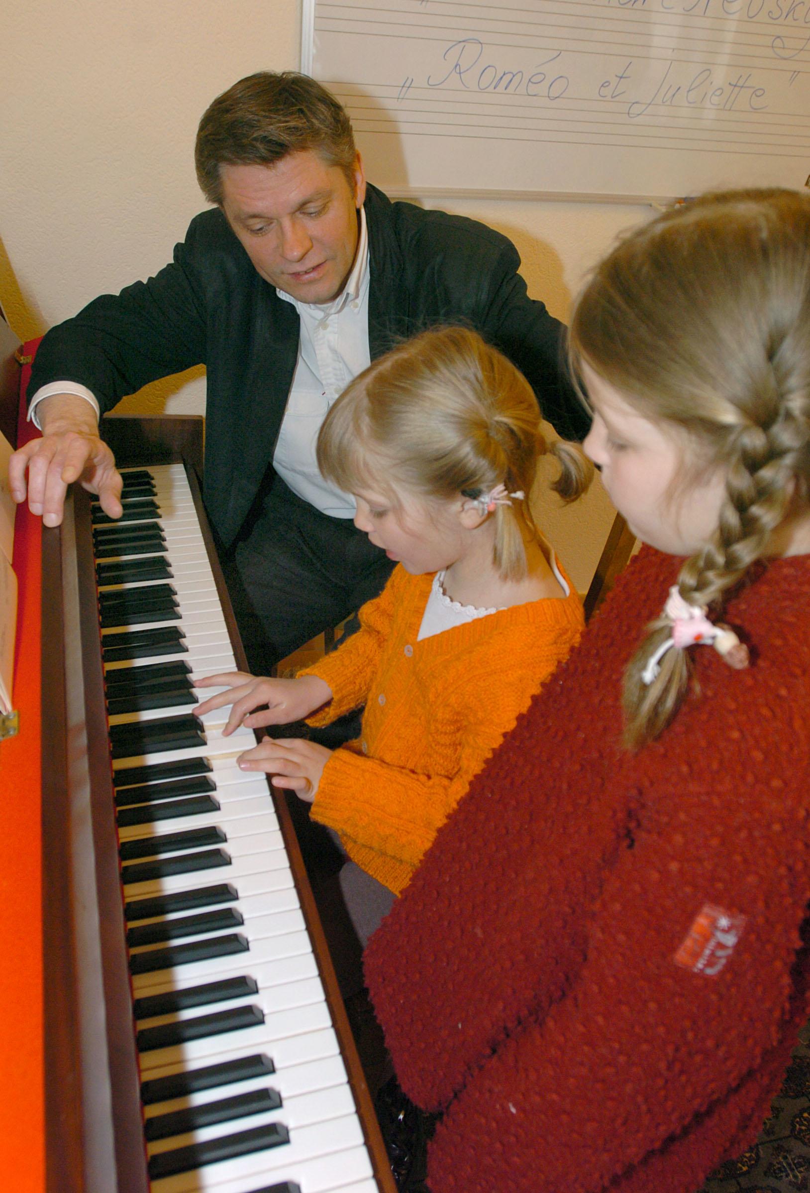 Lausanne .13.04.05. nouvelle école de musique à la rue des Alpes, avec Sergueï Tcherkassov, professeur. sur la photo Emilie et Louise au cours de piano. ©janine jousson